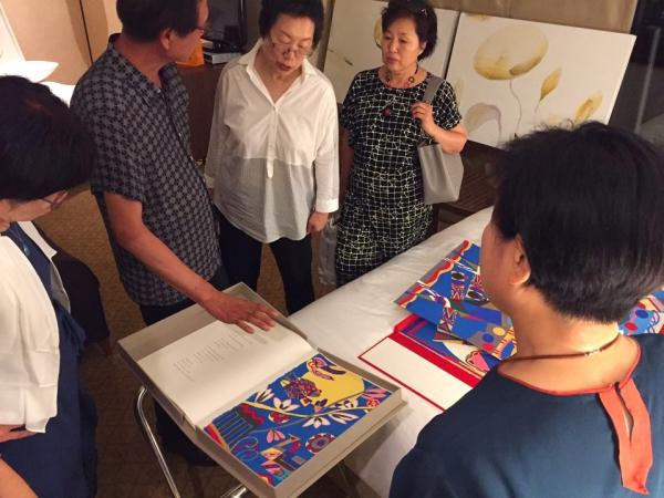 아트제주2017을 방문한 관람객들이 마산아트센터 김창수 대표로부터 전혁림 화백의 판화작품에 대한 설명을 듣고 있다. ⓒ아트제주2017