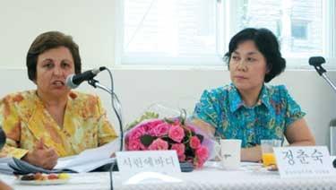 시린 에바디(왼쪽) 변호사가 2009년 8월 10일 한국여성의전화에서 연  '노벨평화상 수상자 시린 에바디와 함께하는 여성인권 특별 세미나'에 참석해 한국 여성인권 활동가들의 질문에 답변을 하고 있다. ⓒ여성신문