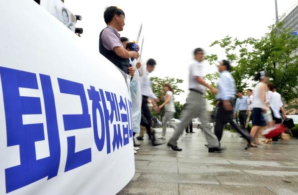 2012년 민주노총이 서울 영등포구 여의도역 일대에서 노동시간 단축·일자리 창출 위한 정시퇴근운동 캠페인을 하고 있다.