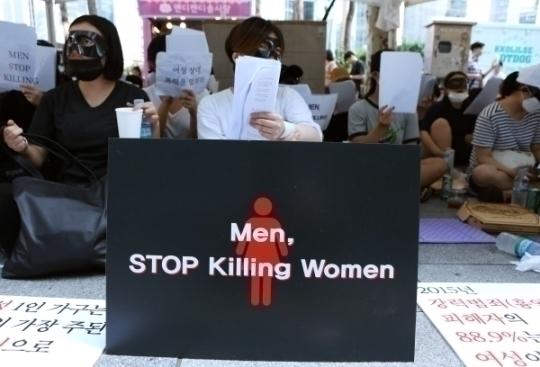 여성혐오 살인 공론화 시위, 왁싱샵 살인사건 규탄집회가 6일 서울 강남역 10번 출구 인근에서 열리고 있다. ⓒ이정실 여성신문 사진기자