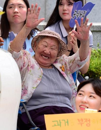 제1292차 일본군 위안부 문제 해결을 위한 정기 수요시위가 열린 지난 19일 오후 서울 종로구 옛 주한일본대사관 앞에서 길원옥 할머니가 만세를 외치고 있다. ⓒ뉴시스·여성신문