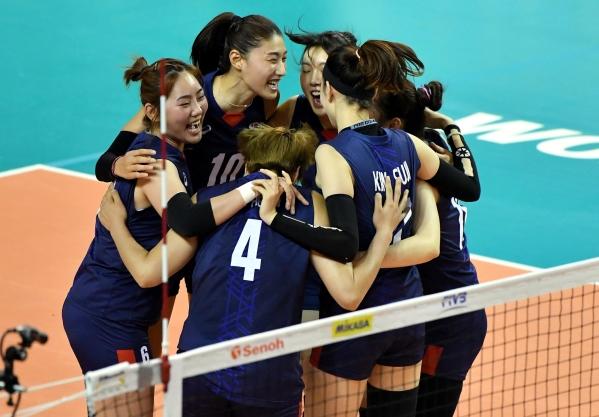 홍성진 감독이 이끄는 여자배구대표팀은 9일(한국시간) 필리핀 마닐라 아론테 스포츠 아레나에서 열린 제19회 아시아여자배구선수권대회 C조 예선 1차전에서 뉴질랜드를 3-0으로 완파했다. 사진은 여자배구 대표팀 선수들이 지난달 31일(한국시간) 체코 오스트라바에서 열린 2017 국제배구연맹(FIVB) 월드그랑프리 대회 결승전 폴란드와의 경기에서 공격을 성공 시키고 기뻐하는 모습. ⓒ국제배구연맹(FIVB) 홈페이지 제공)