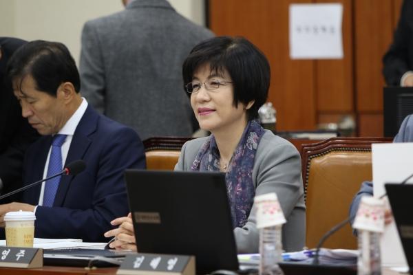11일 국회 정무위원회 국정감사에서 김영주 의원이 LG유플러스의 휴대폰 다단계 판매와 관련해 질의하고 있다. ⓒ뉴시스·여성신문