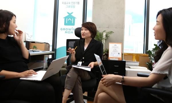 지난 11일 서울 성동구 헤이그라운드 내 그로잉맘 사무실에서 이다랑 대표가 직원들과 이야기를 나누고 있다. ⓒ이정실 여성신문 사진기자