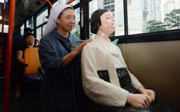 14일 오전 서울 시내를 운행하는 동아운수 151번 버스의 좌석에 일본군 위안부 피해자들의 아픔을 기억하기 위한 평화의 소녀상이 자리하고 있다. 동아운수는 시민들과 함께 아픈 역사를 일깨우고 문제해결에 도움이 되고자 세계 위안부 기림일인 14일부터 오는 9월 30일까지 151번 버스 5대(2103번·3820번·3873번·3875번·4205번)에 소녀상을 설치해 운행한다고 밝혔다. ⓒ뉴시스ㆍ여성신문