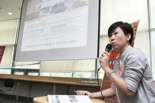 쿠즈니시 리사 교수가 일본 쉐어하우스 사례를 발표하고 있다. ⓒ이정실 여성신문 사진기자