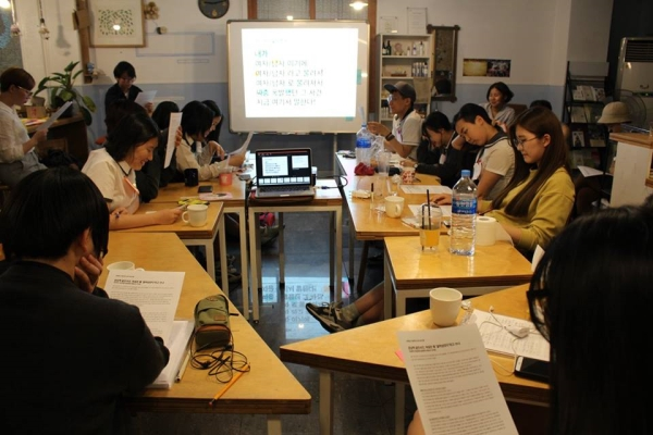 지난해 5월 20일 서울 중랑구 면목동 '초록상상'에서 열린 '교복입고 여성주의' 강좌에 참여한 학생들. ⓒ내가 선택한, 내가 만드는