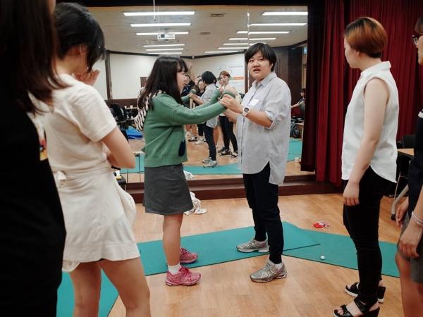 지난 6월 10일 '교복입고 여성주의' 참가자들이 서울시립대학교종합사회복지관에서 여성주의 자기방어 훈련을 하고 있다. ⓒ내가 선택한, 내가 만드는