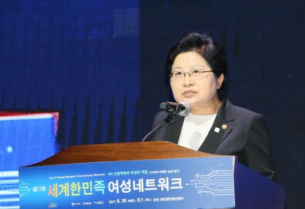 정현백 여성가족부 장관이 30일 전라북도 군산새만금컨벤션센터에서 열린 제17회 세계한민족여성네트워크  대회에서 개회사를 하고 있다.