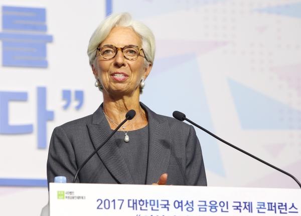 크리스틴 라가르드 국제통화기금(IMF) 총재가 6일 열린 '2017 대한민국 여성금융인 국제 콘퍼런스'에서 여성 경제인의 대표성 확대 등을 주제로 기조연설을 하고 있다. ⓒ이정실 여성신문 사진기자