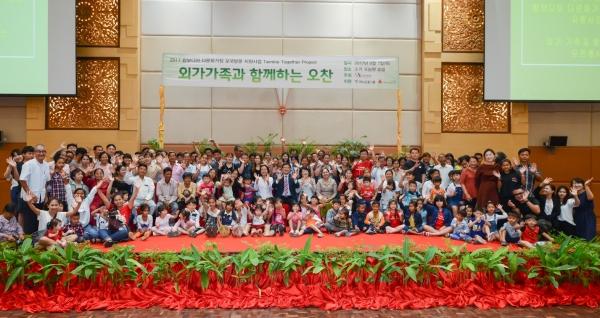 한국여성재단은 하나금융그룹, 사회복지공동모금회와 함께 2017 캄보디아 모국방문 지원사업 '트윈클 투게더 프로젝트'를 진행했다고 8일 밝혔다. 지난 7일 캄보디아 프놈펜 소카 호텔에서 열린 오찬 행사 후 가족들이 자리를 함께 했다. ⓒ한국여성재단
