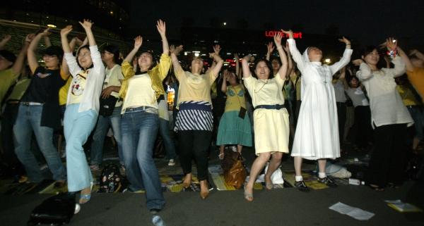 2007년 서울역 광장에서 열린 '밤길되찾기 시위'에 참가한 여성단체 회원들이 달빛 체조를 하고 있다. ⓒ뉴시스·여성신문