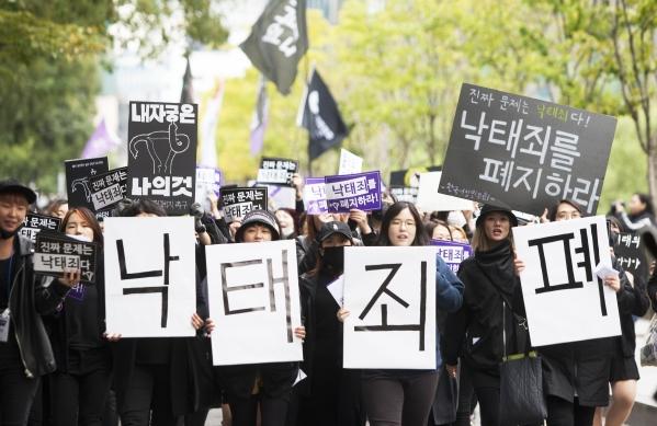 지난해 10월 29일 여성단체 등이 서울 종로 보신각 앞에서 형법상 낙태죄 폐지를 요구하는 '검은시위'를 열고 종로 일대를 행진하고 있다. ⓒ이정실 사진기자