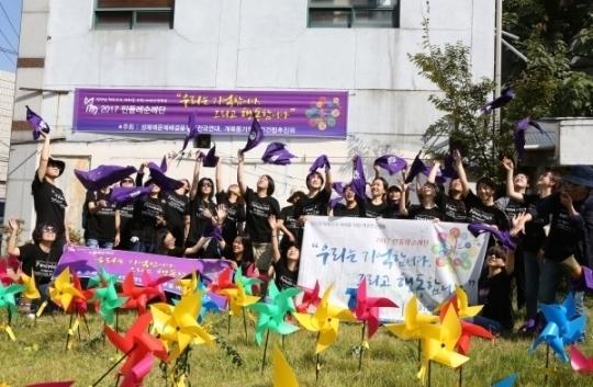 2002년 1월 29일 14명의 여성이 희생당한 개복동 화재참사 현장에서 순례단이 추모의 퍼포먼스를 하고 있다.