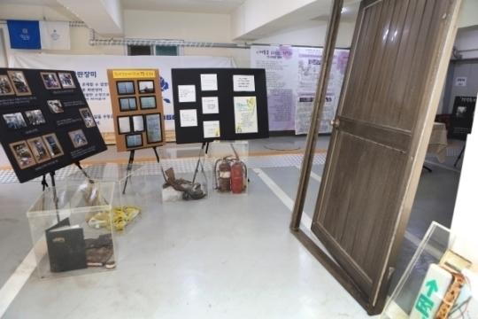 산돌갤러리에는 개복동 화재참사 당시 현장에서 수거된 여성 희생자들의 유품과 업소내의 철문 등이 전시되어 있다.