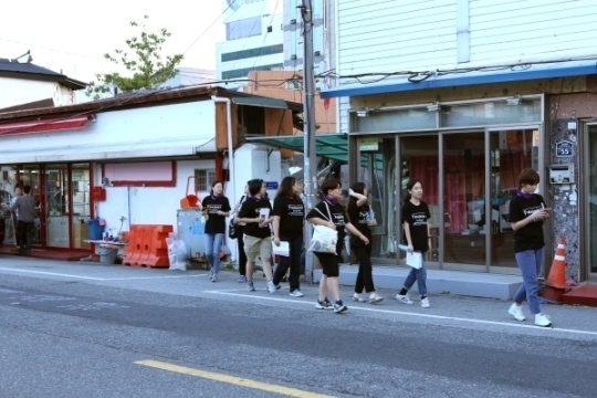 21일 민들레순례단이 성매매업소들이 밀집해 있는 전주 선미촌을 걷고 있다.