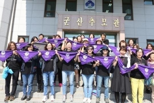 22일 군산 임피승화원을 방문한 민들레순례단이 희생자들을 추모하는 퍼포먼스를 하고 있다.