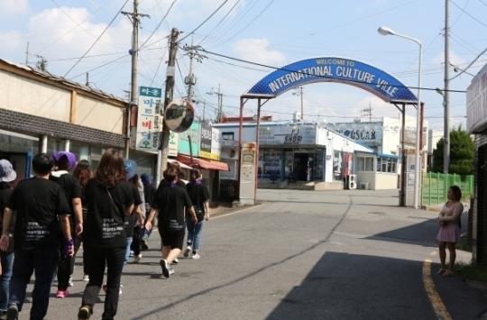22일 민들레순례단이 군산시 산북동에 위치한 아메리카타운 입구에 들어서고 있다.