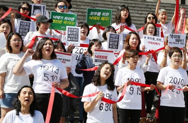 '모두를 위한 낙태죄 폐지 공동행동'은 28일 오전 11시 반 서울 광화문 세종문화회관 계단 앞에서 공동행동 발족 퍼포먼스를 진행했다. 행사 참석자들은 발언을 마친 후 함께 붉은 리본을 들고 '낙태죄 폐지'를 위해 싸워나가겠다는 연대의 의지를 다졌다. ⓒ이정실 여성신문 사진기자