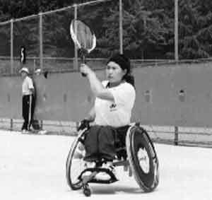 일반테니스 게임규칙이 적용되는 휠체어 테니스는 휠체어를 몸의 일부로 간주하게 되며 상대방의 코트에서 두 번의 바운드가 허용되는 것이 특징이다. 이번 대회에선 대구 전석 동남복지재단 소속 홍영숙 선수(30)가 여자단식에서 2위를 했다.