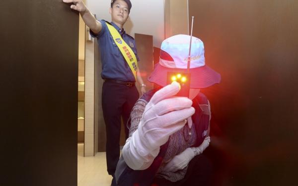 서울 강남구 코엑스에서 여성안심보안관들이 강남역 인근 살인사건 1주기를 맞아 강남·수서경찰서 관계자들과 함께 화장실을 합동 점검하고 있다. ⓒ뉴시스·여성신문