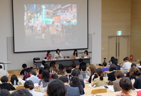 일본의 여성인권단체 '콜라보(colabo)'의 니토 유메노 대표가 '일본 JK비즈니스와 소녀들의 현실'을 주제로 발표하고 있다. PPT 자료로 쓰인 사진은 여자아이들이 2m 간격으로 서서 호객행위를 하는 모습이다. ⓒDSO