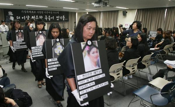 2011년 6월 2일 국가인권위원회 배움터에서 열린 이주여성 추모제. 이주여성들과 여성단체들은 베트남 이주여성 황티남씨를 비롯 가정폭력으로 사망한 6명의 이주여성을 기렸다. ⓒ장철영 기자