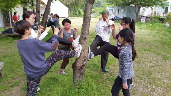 '문화기획달'이 2017년 주최한 자기방어캠프 워크숍에서 훈련 중인 참가자들 ⓒ문화기획달 제공
