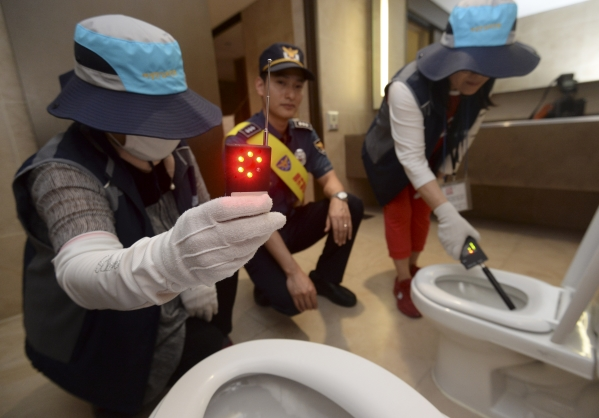 지난 5월 서울 강남구 코엑스에서 여성안심보안관들이 '강남역 여성살해사건' 1주기를 맞아 강남·수서경찰서 관계자들과 함께 화장실을 합동 점검하고 있다. 사진은 기사내용과 직접적 관계 없음. ⓒ뉴시스·여성신문