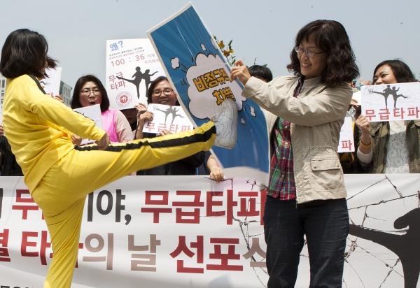 2017년 5월 11일 여성노동단체 회원들이 서울 광화문광장에서 '5월11일 여성 비정규직 임금차별 타파의 날' 선포식을 열고 퍼포먼스를 하고 있다. ⓒ이정실 여성신문 사진기자