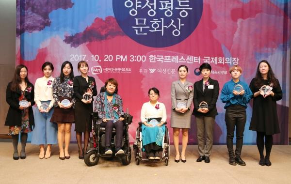 신진여성문화인상 수상자들이 시상식 후 자리를 함께 했다. ⓒ이정실 여성신문 사진기자