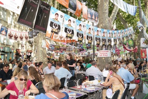 아비뇽 오프 공연 포스터가 내걸린 뒷골목 카페. 페스티벌 기간 동안 아비뇽 전체가 이렇게 흥겨운 축제 분위기로 출렁인다. ⓒ박선이