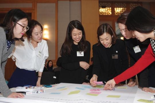여성가족부가 지난 5월 주관한 차세대 여성 리더 컨퍼런스에서 한 여성이 여성 임원의 이야기를 경청하고 있다. ⓒ사단법인 WIN
