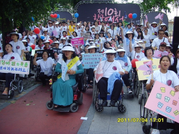 2011년 7월 4일 열린 제10회 한국여성장애인대회. 여성장애인 성폭력 근절과 사회적 지지체계 강화를 요구하며 행진하고 있다. ⓒ한국여성단체연합