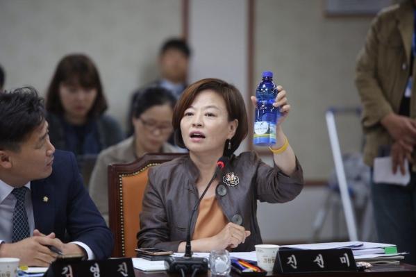진선미 더불어민주당 의원이 행정안전위원회 국정감사를 하던 중 물병 형태의 몰래카메라를 들어보이고 있다. ⓒ진선미 의원실