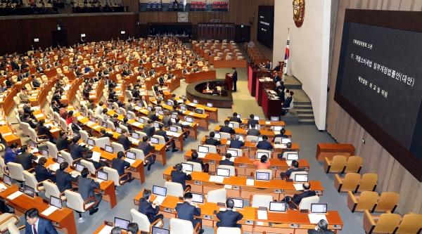 9일 오후 국회 본회의장에서 열린 제354회 국회(정기회) 12차 본회의에서 '남녀고용평등과 일·가정 양립 지원에 관한 법률 일부개정법률안'이 통과됐다. ⓒ뉴시스·여성신문