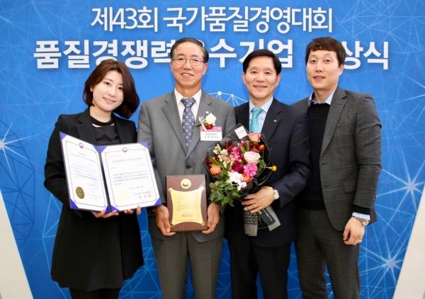 홍종일 한전KDN 경영기획본부장(왼쪽 두번째)이 품질경쟁력우수기업 시상식에 참석해 기념사진을 찍고 있다. ⓒ한전KDN