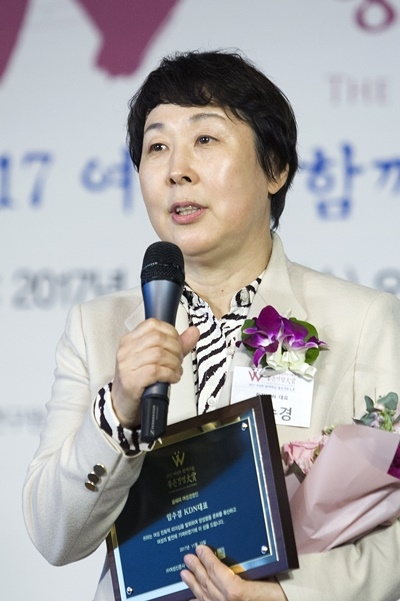 '제20회 여성소비자가 뽑은 좋은기업대상'(이하 좋은기업대상)이 11월 15일 서울 영등포구 63컨벤션 라벤더홀에서 성황리에 열렸다. 올해의 여성경영인에 선정된 임수경 한전KDN 대표가 수상소감을 말하고 있다. ⓒ이정실 여성신문 사진기자