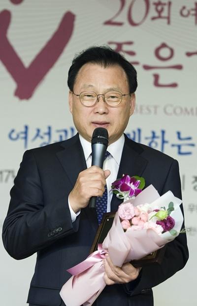 '올해의 HeForShe Leader'로 선정된 박광온 의원이 수상소감을 말하고 있다.