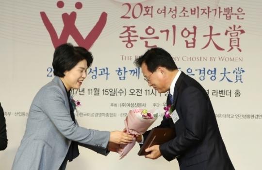 박광온 더불어민주당 의원이 김효선 여성신문 대표로부터 '올해의 HeForShe Leader'선정패를 받고 있다.