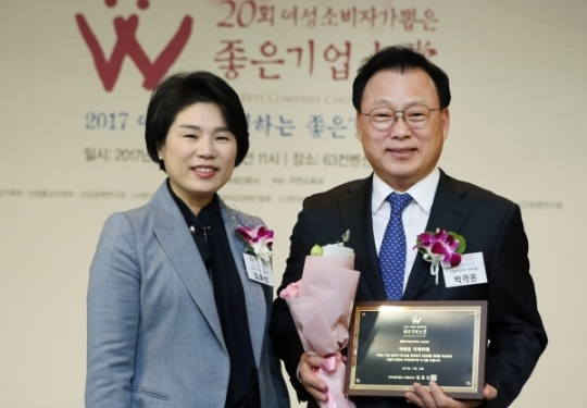 박광온 의원과 김효선 여성신문 대표가 '올해의 HeForShe Leader' 선정패를 들고 기념촬영을 하고 있다.