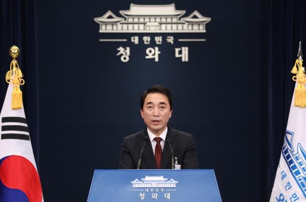 박수현 청와대 대변인이 22일 오후 춘추관에서 고위공직자 인사검증 관련 브리핑을 하고 있다. ⓒ뉴시스·여성신문