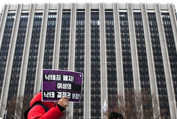 2일 '낙태죄 폐지'를 요구하는 시민이 서울 종로 정부 청사 앞을 지나고 있다. ⓒ이정실 여성신문 사진기자