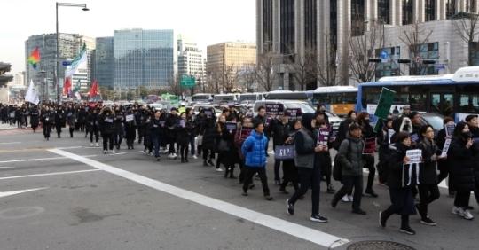 검은 시위 참가자들이 청와대 방향으로 행진하고 있다.
