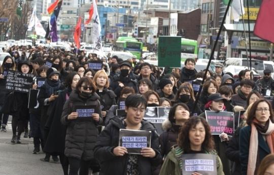 검은 시위 참가자들이 청와대로 향하고 있다.