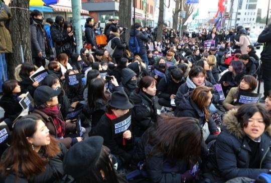 청와대 앞 청운동 동사무소 인근에서 검은 시위 참가자들이 집회를 열고 있다.