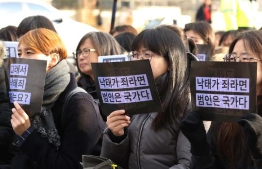 시위 참가자들이 자유발언을 듣고 있다.