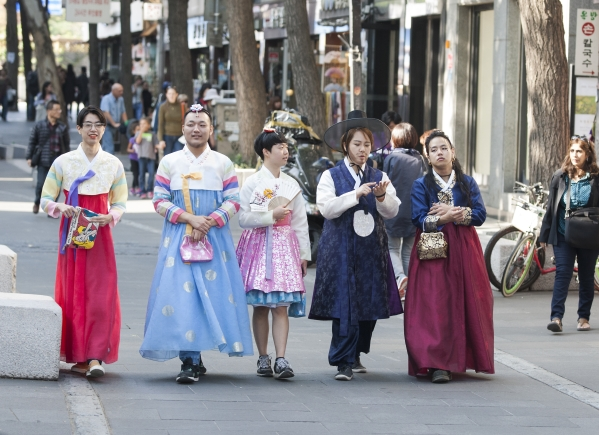 지난해 10월 13일 서울 종로구 인사동길에서 진행된 '한복 크로스드레싱 퍼레이드'에서 참가자들이 자신의 성별을 떠나 원하는 성별의 한복을 입고 행진을 하고 있다. ⓒ이정실 사진기자