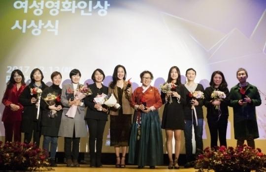 '올해의 여성영화인 시상식'이 12일 서울 명동CGV 씨네라이브러리에서 열려 수상자들이 기념촬영을 하고 있다.
