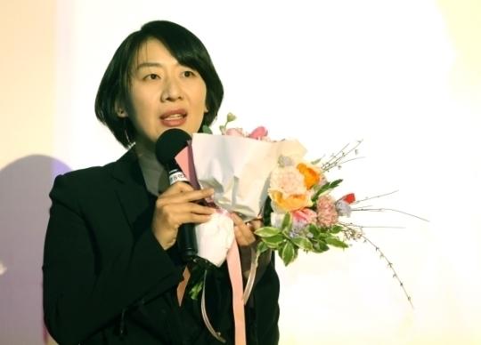 올해의 여성영화인상에서 제작자상을 수상한 더 램프의 박은경 대표가 수상소감을 말하고 있다.